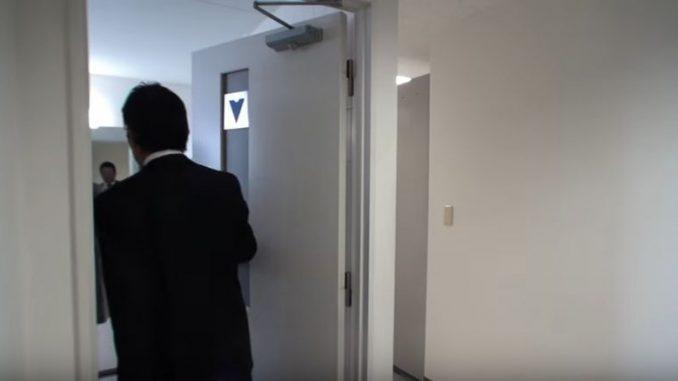トイレに入っていく二人のサラリーマン風男性