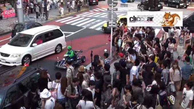 渋谷周辺では大勢の人に囲まれ、物凄い注目