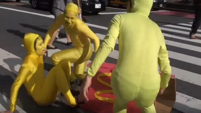 交差点で転んだりしながらマクドナルドに向かいます
