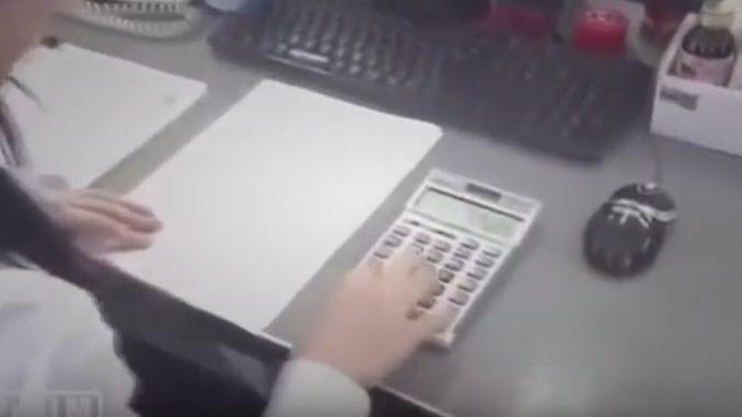 高速で電卓計算する女性