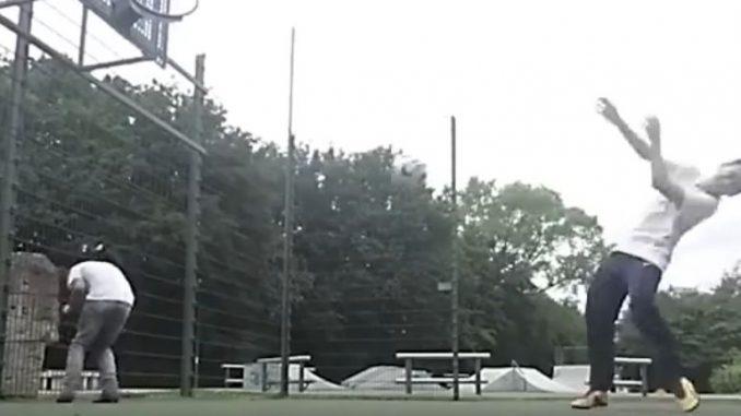 サッカーの面白動画「ボールが顔に激突」