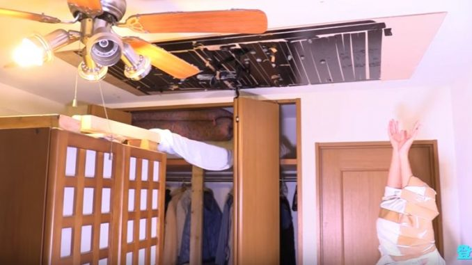 天井に両面テープを貼り、準備万端