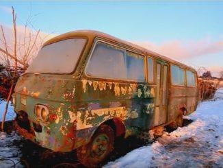 暖かな朝陽を浴びる廃バス