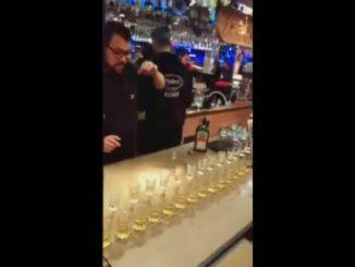 グラスの上にショットグラスを重ねて置くバーテンダー