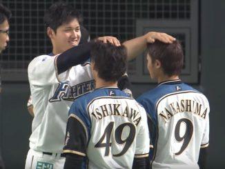 西川遥輝選手と中島卓也選手の頭に手を乗せて身長を比べる大谷翔平投手