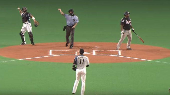 キャッチャーと審判が同時に返球し、大谷投手に当たりそうになった珍プレー
