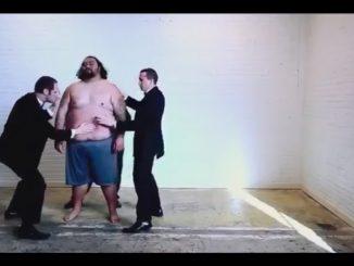 男の体をパーカッションにしてリズムを刻む