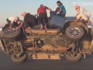 男たちが車内から出てきてタイヤを外しだします