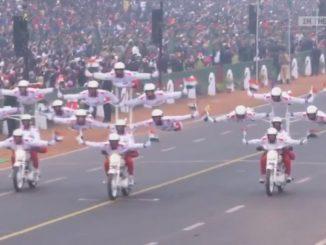 まるでサーカスのようなバイクパレード