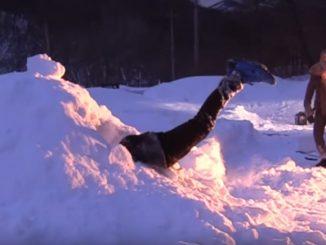 綺麗に腰からお尻のあたりまで、雪山に突き刺さりました!