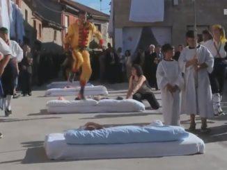 黄色い衣装の男たちが赤ちゃんの上をジャンプしていくスペインのお祭り