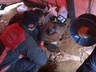 消防士たちが深さ70メートルの穴に落ちた子犬の救出活動を開始