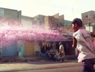 色水や色粉をかけ合うインドのホーリー祭り