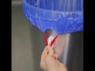 100円ショップのフックは、ゴミ袋を止めるのにも最適