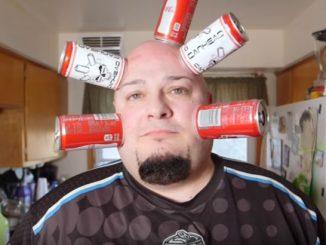 頭に物をひっつけるという特殊な能力を持つジェイミー・キートン