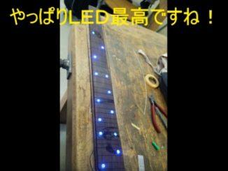 斧型変形ギターのネック部分は39フレットという驚異の長さにし、青色LED仕様