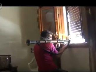 男は部屋の中からRPG-7(ロケットランチャー)を発射