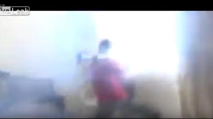 撃った瞬間、後方噴射による衝撃で部屋がメチャクチャに