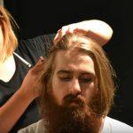 どこか悲しげ?2年間伸ばした長髪とあごひげを切る男