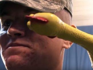 アメリカ空軍の笑ってはいけない訓練に必死に耐える兵士たち