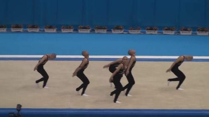 コミカルな振り付けで会場を沸かせる鹿児島実業の男子新体操