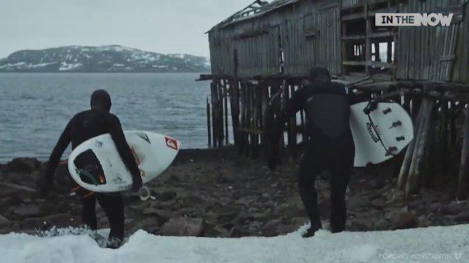 零度以下の極寒の海でサーフィンをする男たち