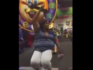 太めの女性が遊具に…嫌な予感しかしません