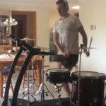 爆痩せ必至?ルームランナーをしながらドラムを演奏する男