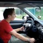 愛すべきバカ?自分の車の運転席でエア運転