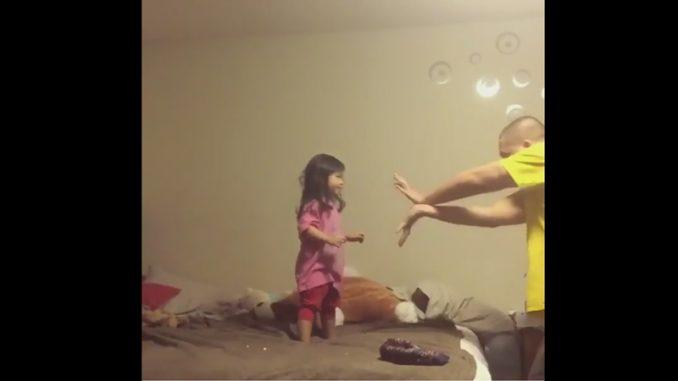 女の子に向かって波動拳を撃つ父親