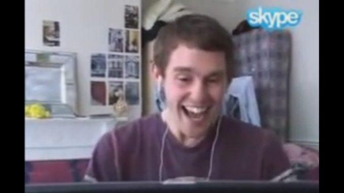 ただひたすら、Skypeの前で笑い続ける男性