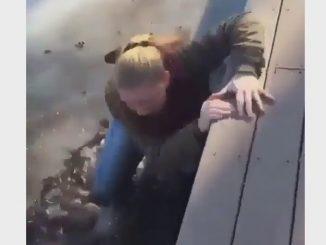 嫌な予感がすると思ったら、やはり池にハマってしまった女性