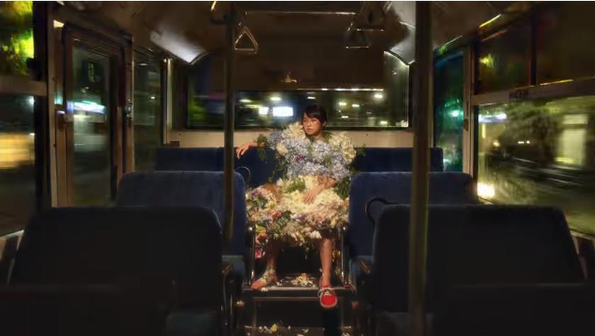 伊藤万理華と花のドレス