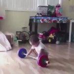 完コピ!重量挙げ選手になりきる幼児の動画
