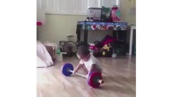 重量挙げ選手になりきる幼児