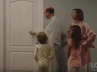 家族がバスルームの順番待ち